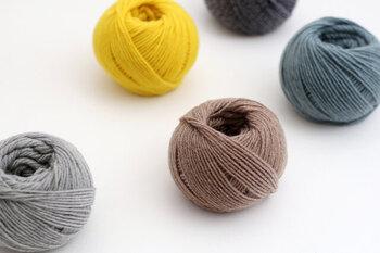 サンプルでは、A糸・B糸ともDARUMAの「空気をまぜて糸にしたウールアルパカ」を使いました。しましま模様の手袋で使った糸よりも若干細めのため、少し目数を多めに設定しています。この糸は、名前の通りふわふわとした空気感のある編み心地で、編み目が揃いやすいんです。おしゃれなカラーが揃っているので、気になった方はぜひ編んでみてくださいね。