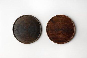 径:約33×高さ:約2(cm)と、使いやすいサイズで「黒拭き漆と「生拭き漆(画像右)」の2種類がありどちらも木目も美しく魅力的。漆器ならではの使い込むほどに艶が増し、育っていく魅力も味わえ、ふだんの生活の中で使用していくことで、より愛着が増していき、一生モノの大切なお盆として使えそう。