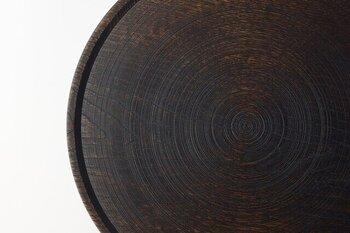 """越前漆器の産地として有名な福井県鯖江市にて""""価値の再定義""""をコンセプトに、椀や器、インテリアなどの幅広い木材のプロダクトを製作している「ろくろ舎」の木目の表情が美しい丸盆。"""