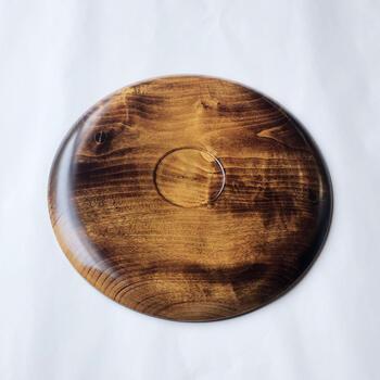 裏面も丁寧に作られており、天然木の木目が素敵。使用後も食器用の洗剤とスポンジのやらかい面で手洗いをした後、布巾で水気を取るだけでOKの使い勝手も抜群のお盆です。
