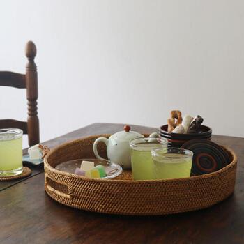 こちらも木ではありませんが、素朴な佇まいと使い勝手の良さが魅力の「anvai」の伝統工芸 アタのかご細工の「アタ サークル 持ち手付き トレイ」。アタ細工は、インドネシアのバリ島の村「TENGANAN」の伝統工芸品で、シダ植物の一種である「アタ」の茎を使用して丁寧に作られています。