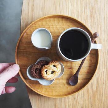 木製の丸いお盆は日本茶だけでなく、コーヒーや紅茶にも似合います。コーヒーとお菓子のセットをそのままトレイ代わりに使用するのも便利です。