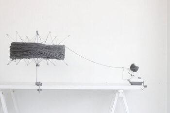 お気に入りのかせ糸を見つけたら思いきって玉巻きする道具も用意するのも素敵ですね。また、手軽に編みたい場合はあらかじめ玉巻きされている毛糸を選ぶと良いですよ。