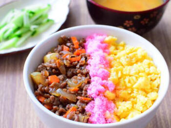 いつもの3色丼のそぼろ部分に野菜を入れると、さらに彩りがアップ♪こちらのそぼろには、玉ねぎと人参、ニンニクが入っています。ニンニクを入れることでパンチのある味わいに。野菜と一緒にハーブなどを組み合わせるのも良いですよ。