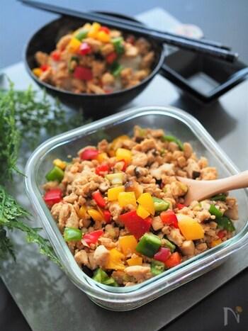 カラフルなパプリカがとってもキレイなそぼろです。一見洋風にも見えますが、鶏がらスープの素やオイスターソース、ごま油などで作る中華味です。パプリカは黄色と赤を使っていますが、オレンジなどお好みでアレンジしてもOK。ピーマンとしいたけ、長ネギに、チューブタイプのニンニクとショウガも加えた野菜たっぷりの鶏ひき肉そぼろです。