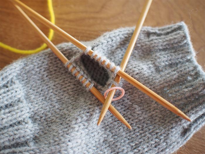 毛糸の表情を楽しむ!シンプルな「指なし手袋」を編んでみよう♪