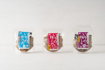 ふりかけは、画像左からかつお節をベースに、わかめや乾燥おきあみとのり、昆布粉末で作られた「かつお」。宮城県栗原市の老舗である川口納豆とのコラボの「梅しそ納豆」。かつおふりかけに赤シソと梅肉を加わったさっぱり味の「梅しそ」。