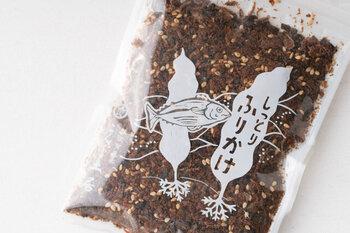 創業100余年。昆布の産地として有名な北海道函館の川汲浜(かっくみはま)で採れた天然真昆布や、その加工品を扱う老舗「こんぶ土居」の「しっとりふりかけ」。