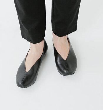 絶妙なV字カットが足をすらりと美しく見せてくれるセンターシームパンプス。ゆるい雫型のドロップカットが、足を包み込むようにホールドし、歩きやすく、履き心地も抜群なんです。