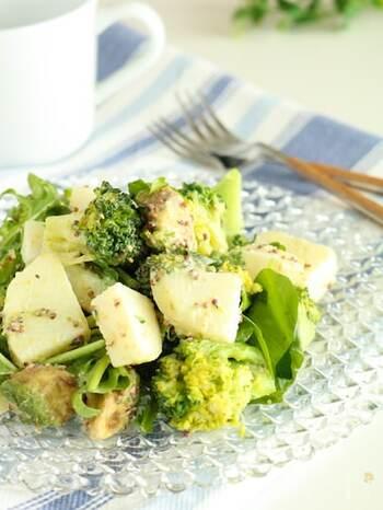 粒マスタードが風味を添える、簡単で華やかなデリサラダ。じゃがいもとブロッコリーを同じ鍋でゆでて、他の材料と合わせるだけです。