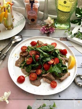 ルッコラたっぷりのイタリアの肉料理。スピーディに仕上げるのがポイントです。簡単ですので、時間がないときにも彩り鮮やかなメインが完成しますよ。