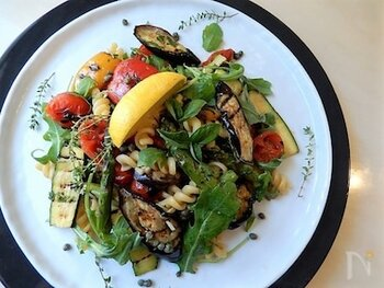 グリルした野菜とルッコラなどがたっぷりで、フジッリ(ショートパスタ)は少なめ。サラダ感覚のパスタなので、ダイエット中などにもいいかもしれませんね。