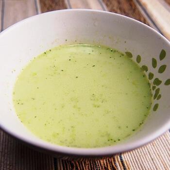 ルッコラやじゃがいも、雑穀などを炒め、ルッコラを加えてさっと煮たら、スープとともにミキサーにかけます。ザルで濾して生クリームを合わせたら、色合いも優しいルッコラのポタージュのできあがりです。