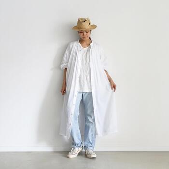 色落ちジーンズと白Tシャツ。究極のシンプル&ナチュラルスタイルに、透け感がきれいな薄手のシャツワンピースをさらっと羽織って。ビジュアルから心地よさが伝わってくる爽やかなコーディネートです。