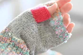 手首と指先部分はグレーの糸1本+カラフルなリボンがちりばめられたファンシーヤーン1本の2本どり、手のひら部分はグレーの糸2本どりで編みました。親指はパッキリとしたピンクで差し色を。冬のコートは落ち着いた色が多いので、袖からちらりと華やかな色が見えるのも良いのではないでしょうか♪