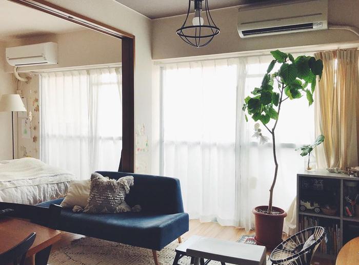 引き戸を外しソファを中央に置けば、お部屋を縦長に広く使えるようになります。敷居が気になる場合はラグを敷いてカモフラージュすると、目立たず、踏んでも違和感を感じにくくなるでしょう。 ソファの裏の壁面には隠したいモノの収納場所にも使いやすいですね。