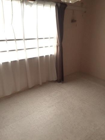 やっぱり洋室のほうが使いやすいという方におすすめなのは、畳の上からクッションフロアを敷いてDIY。柔らかくて扱いやすいクッションフロアは、フローリング柄やタイル、大理石風など様々なデザインが楽しめます。