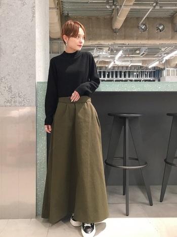 マキシ丈のフレアチノスカートにモックネックの黒トップス。ハイウエスト気味にインしたスタイルは足を長く見せてくれます。黒のトップスで引き締める事で、バランスの良いAラインができてスタイルアップに。