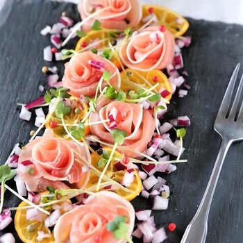 バラを敷き詰めた花畑のようなサラダ。生ハムをくるくると巻いて花に見立てています。定番の食材もひと手間プラスすることで華やかに。おもてなしのテーブルに映えますよ。