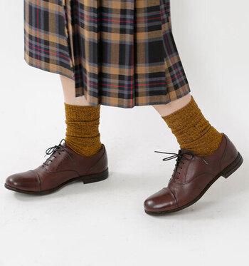 上品なフォルムは、足もとに合わせるものを選びません。厚手の靴下を合わせるとガーリーに、素足で履けばマニッシュに、タイツに合わせるとフォーマルに。  1足でさまざまなシーンを楽しめる靴なので、大人の女性の幅広い着こなしにぴったりです。