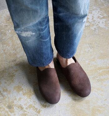 AUTTAA(アウッタ)の靴は、履く人が仕上げるといわれています。  履きこんでいくうちに、だんだんと革が馴染んで、足のかたちに沿い、独特の艶感もアップ!世界で1足の自分だけのルームシューズが完成します。育てる楽しみがある靴なんですよ。
