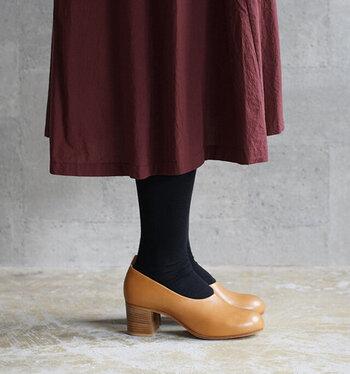 履き心地を良くするため、インソールにも工夫が!実は爪先の方がすこし厚くなっていて、足が高低差をあまり感じないようになっているんです。6cmという、足をすらりときれいに見せるヒールですが、足の負担は少ないんですね。  内側にもレザーライニングされており、クッション性も抜群。長く愛用できる靴は、美しいのはもちろん、履きやすさも大事なポイントになります。