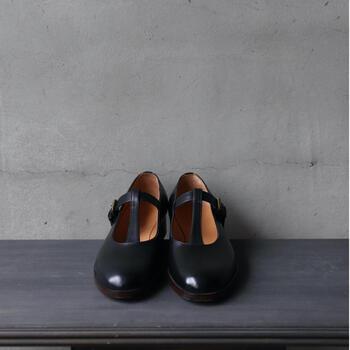 可愛らしい足もとが叶うTストラップシューズです。着脱可能なフリンジ付き。1足の靴で、まったく違った印象の2パターンで履けるのは嬉しいですよね。  上質なベイビーカーフ(仔牛)を採用。キメの細かい質感が楽しめます。