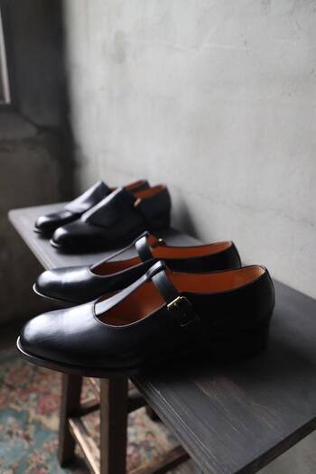 マッケイ製法とよばれるアッパーの革とアウトソールを縫い合わせる技法で、やわらかく履き心地の良い仕上がりになっています。  しなやかに足についてくる感覚を味わえるんですよ。