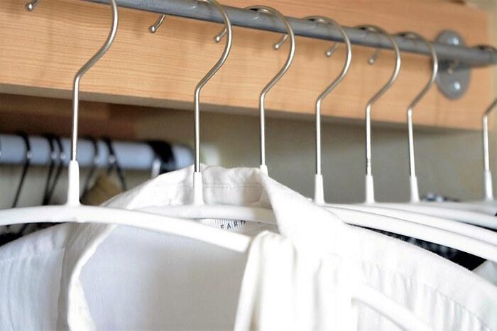 アイテムを減らしハンガー同士の間を3㎝程度開ければ、取り出しがスムーズ。また、あらかじめ本数を決めておき増やさないようにすることで衣類の量を一定に保てます。クローゼットに詰め込みすぎず持っているアイテムを把握できていれば、毎日の服選びが楽しくなりそうですね。