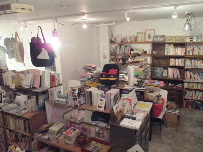 お腹が満たされたら、お次は店内めぐりへ出かけましょう!実はこちらのお店、1階だけでなく地下スペースもあるんです。階段を下りていくと、床から天井までぎっしりと本が詰まった秘密基地のような空間が。古本だけでなく個人出版本、雑誌や雑貨、古道具、古着なども並び、ニッチな品揃えは見ているだけで飽きません。一つひとつ手に取って見ていくと、いつの間にか時間が経ってしまうので、その後のスケジュールに余裕がある時に訪れるのがおすすめですよ。