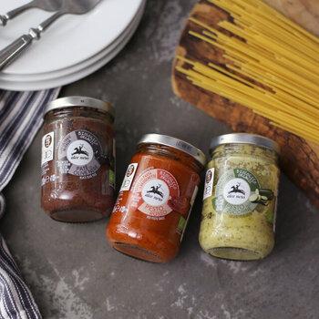 イタリアを代表するブラックオリーブ、ロッソ、ズッキーニの3種の野菜をシンプルにペーストにしたパスタソースです。オーガニックなので体にも優しく、素材の優しい味をそのまま楽しめます。 2~3人前の小ぶりサイズなので、美味しい状態で使い切れるのもうれしいポイント。
