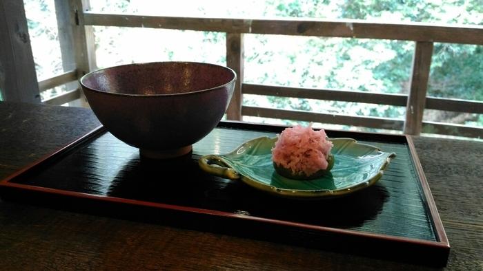 カフェで提供しているのは、抹茶や玉露、煎茶、ほうじ茶といった日本茶が中心。それに加えて食事のメニューや地ビールなども用意されているので、ランチでの利用も便利です。見逃せないのが、小さなテラス席もあること!心地よい風に吹かれながら、ぜひ山の自然も満喫してみてくださいね。