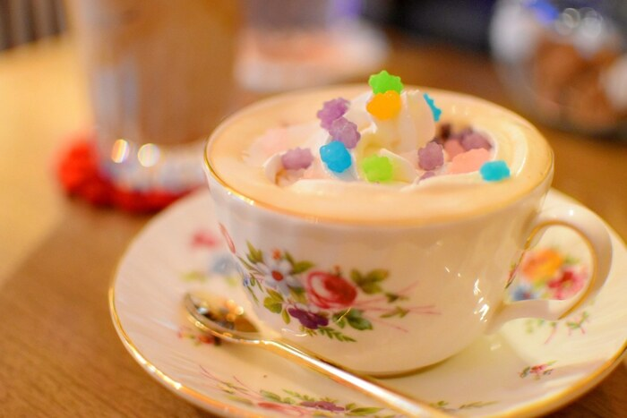 カフェではさまざまなメニューが提供されていますが、特におすすめしたいのはお酒が入ったコーヒー。金平糖を散らした飲むケーキのような「ウィンナー珈琲」、カクテルチェリーが一つ乗ったラム酒入りの「カフェ・フィアカー」、ブランデーの染み込んだ角砂糖に火をつけて楽しむ「カフェ・ロワイヤル」など、目でも楽しめるものばかりです。そのほか、自家製のティラミスや季節のケーキなども人気です。