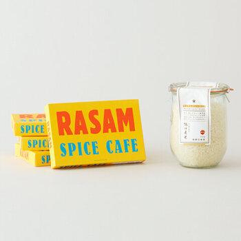 墨田区に店舗を構える人気カレー店・スパイスカフェの看板商品「ラッサムカレー」をレトルトにしたセットです。豆や野菜から出る旨味と酸味や辛みが相まって、くせになる味わい。 食べながら南インドの風を感じられるようなとても本格的なカレーです。お米にまでこだわり、その味が忠実に再現されています。