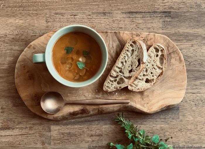 とことん素材にこだわったこちらのミネストローネの原料には、岐阜の海津で太陽をたっぷり浴びた甘味の強いトマトと15種の野菜を使用。無添加化学調味料なし、野菜の旨味だけで手づくりされた優しい味わいは、健康を気遣う方のギフトにもおすすめです。