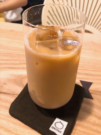 カフェスペースでは、岡町の島珈琲で自家焙煎しているコーヒー豆を、一杯ずつハンドドリップで提供。コーヒーメニューはすべてカフェインレスのものに変更することもできるので、授乳中のママさんも安心です。卵や乳製品を一切使わないヴィーガンクッキーとともに、体に優しいメニューを楽しむことができます。