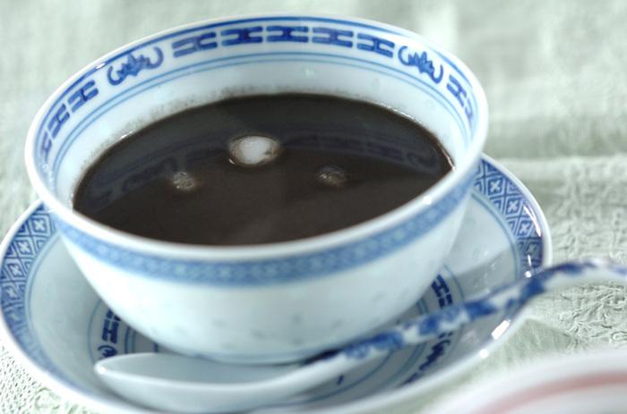 漢方で黒ごまは強い老化防止効果があると考えられてる食材です。お汁粉は練り黒ごまを水で伸ばして、好みの甘さをつけるだけなので手軽にできます。白玉は冷凍保存ができるので多めに作っておいてもいいですね。