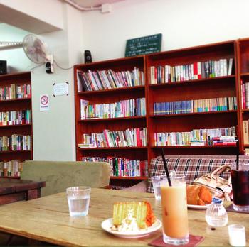 現在、古本専門書店の文鳥堂(旧一色文庫)とのコラボにより、2階がブックスペースになっています。椅子ではなくソファが置いてあるので、気兼ねなく本を読みふけりたい方にも、新しい本に出合いたい方にもぴったり。気に入った本はもちろん購入OKです!