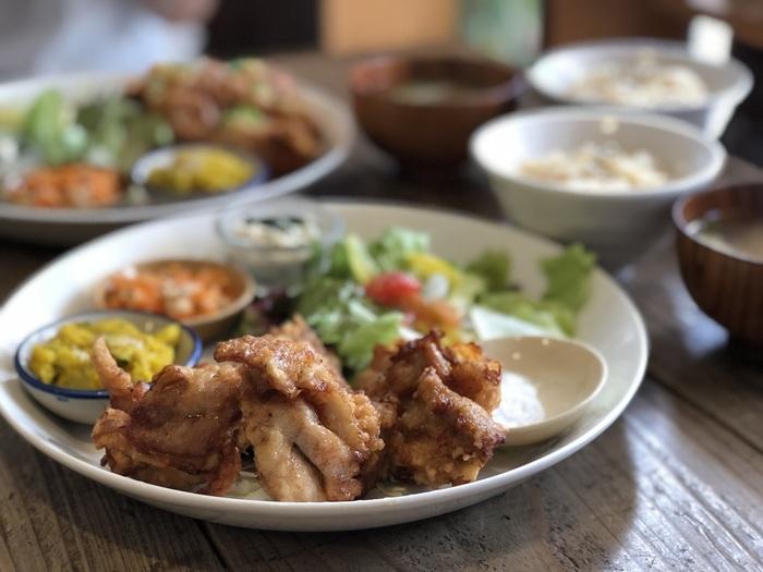 おすすめメニューは、玄米ご飯とお味噌汁が必ず付く、リーズナブルなランチ&ディナー!30品目ほどの食材を使い、小皿にたくさんのおかずが入ったヘルシーな食事が楽しめます。メインは唐揚げのほか、和風おろしハンバーグ、メンチカツなども人気。そのほか自家焙煎豆をハンドドリップで淹れる本格的なコーヒーや、ケーキなどのデザートも豊富で、毎日通いたくなってしまいます。
