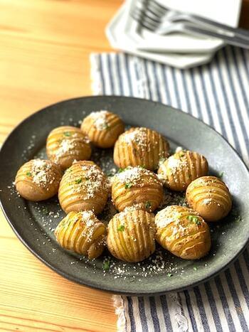 小さなジャガイモで作る、見た目もかわいいハッセルバックポテト。アンチョビバターが染みたポテトは絶品!何個でも食べられてしまいそう。
