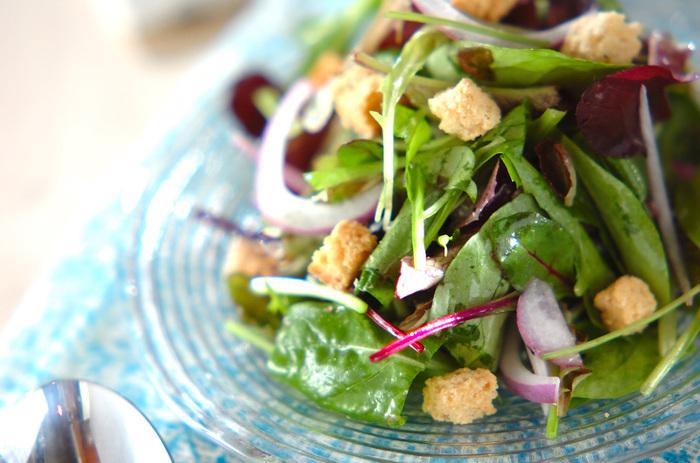 ルッコラとベビーリーフをたっぷり使ったハーブサラダ。紫玉ねぎやクルトンが素敵なアクセントになっています。ディナーのテーブルにも合うおしゃれさですね。