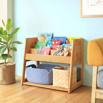 こちらの木製のブックシェルフは、リビングに置いても馴染むシンプル&ナチュラルなデザイン。絵本ラック、ランドセルラックとしての役割が終わったらマガジンラックとして使ってもOK。将来を見据えた家具選びが大切です。