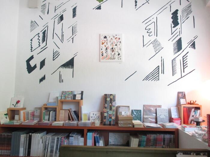 カフェの奥に進むと、真っ白い壁のギャラリーが現れます。おおよそ2週間に1回ごとに作品が変わっていくそうで、これまで絵本の原画や油彩、写真、クレヨン画、立体作品、インスタレーションなど、さまざまな作品が展示されてきました。一期一会の出会い、思いがけない出会いをしたい方にもぴったりのお店ですね。