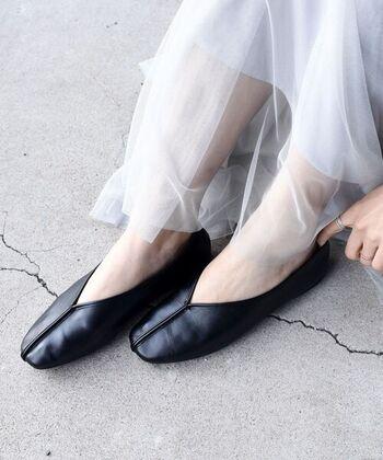 柔らかなエコレザーを使用した、トレンド感たっぷりなチャイナシューズです。フラットで歩きやすく、フィット感も抜群。カラーは、オフホワイト・ブラック・パープルの3色展開です。