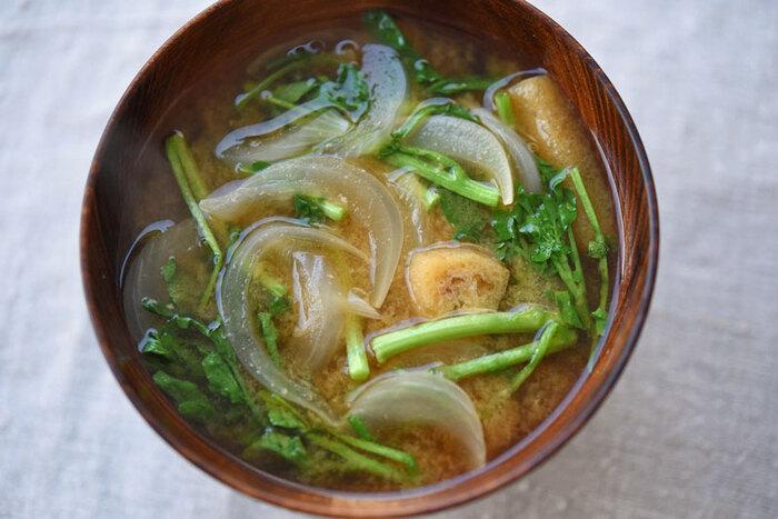 季節の野菜を簡単に美味しくいただくにはみそ汁が1番! クレソンの苦味と辛みは加熱することで和らぎ、新玉ねぎの瑞々しさがくわわり春を感じさせます。汁物を具だくさんにすることで、おかずが1品でも栄養のバランスを整えることができます。