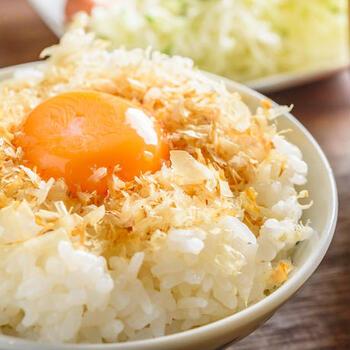 温かいご飯にそのままかけたり、さらに卵を落としたり、または焼きそばのトッピングにもバッチリ合います。