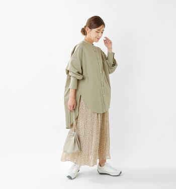 ベージュのドット柄プリーツスカートに、グリーンのシャツを合わせたコーディネートです。ゆったりシルエットのシャツは、体型カバーにも大活躍。清潔感のある白のスニーカーを合わせて、フェミニンな着こなしを程よくカジュアルダウンしています。