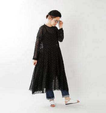 ドット柄の黒ワンピースに、デニムパンツをレイヤードしたコーディネート。黒のベレー帽でドレッシーさを抑えているのがポイントです。足元は白のサンダルシューズで、差し色と抜け感をプラスしています。