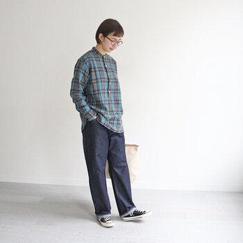 青のチェック柄シャツに、デニムパンツを合わせたカジュアルコーデ。スタンドカラーのシャツを選ぶことで、ボーイッシュな着こなしにきちんと感をプラスできます。スニーカーでとことんカジュアルにまとめていますが、あえてパンプスを合わせる着こなしもおすすめです。