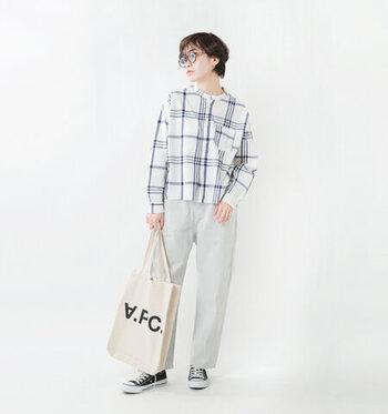 ビッグチェック柄のシャツに、白系のデニムパンツを合わせたコーディネートです。シャツも白がベースになっているので、ワントーンで統一感のある着こなしに。カジュアルさと爽やかさをあわせ持ったスタイリングに仕上げています。